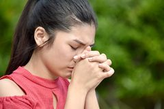 Filipina Youth In Prayer bonito fotografia de stock