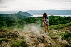 filipinka dziewczyna patrzeje taal wulkanu krateru jezioro od śladu wzdłuż obręcza blisko Manila w Philippines zdjęcia stock