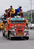 Filippijnen, Mindanao; Jeepney met passagiers op bovenkant Royalty-vrije Stock Foto's