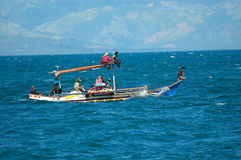 Filippijnen, Mindanao, Vissende familie Stock Afbeeldingen