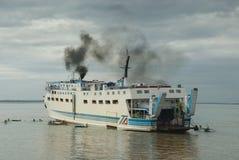 Filippijnen overbevolkten veerbootaankomst stock foto's