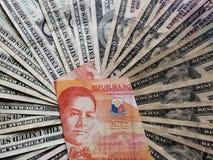 Filippijns bankbiljet van twintig peso's en achtergrond met Amerikaanse dollarsrekeningen