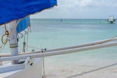 Filippinen seglar fartyget på stranden Arkivbilder
