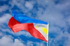 Filippinernaflagga som vinkar i himlen Arkivfoto