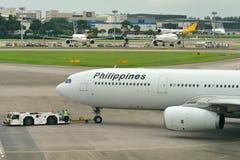 Filippinernaflygbolagflygbuss 330 som tillbaka skjuts på den Changi flygplatsen Royaltyfria Bilder