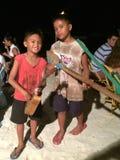 Filippinsk barnkonstnär som spelar med hem- gjorda musikinstrument på Alona Beach, Panglao, Bohol, Filippinerna Royaltyfri Foto