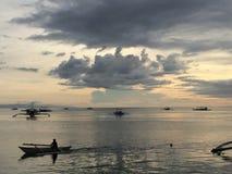 Filippinsk fiskare på skymning på den Panglao ön Royaltyfri Foto