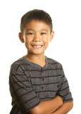 Filippinsk pojke på vit bakgrund som ser lycklig och säker Arkivbilder