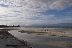 Filippinsk strand på lågvatten efter en tyfon Royaltyfri Fotografi