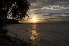 Filippinsk strand på solnedgången efter en tyfon Fotografering för Bildbyråer