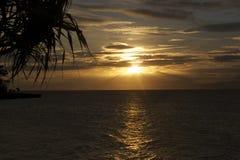 Filippinsk strand på solnedgången efter en tyfon Arkivbilder