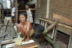 Filippinska barn bor rackar ner på på förrådsplatsen i slumkvarteret Arkivbild