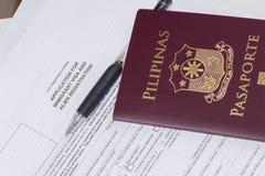 Filippinskt pass som applicerar för USA-invandrare och främmande registrering royaltyfri fotografi