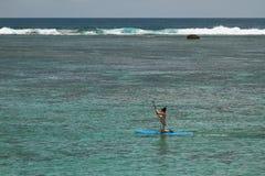 Fille à bord avec un aviron Ermitage de lagune, la Réunion Image libre de droits