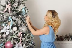 Fille à côté d'arbre de Noël Photo libre de droits