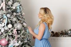Fille à côté d'arbre de Noël Photos stock