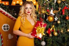 Fille à côté d'arbre de Noël Photographie stock