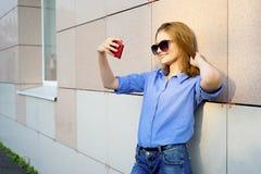 Fille à l'aide d'un smartphone Images stock