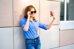 Fille à l'aide d'un smartphone Photos libres de droits
