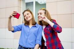 Fille à l'aide d'un smartphone Photographie stock libre de droits