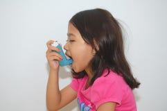 Fille à l'aide de l'inhalateur Photographie stock libre de droits