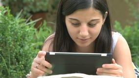 Fille à l'aide de la tablette digitale clips vidéos
