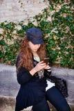 Fille à l'aide de son téléphone portable Photo stock