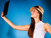 Fille à l'aide du comprimé prenant la photo d'elle-même photographie stock libre de droits