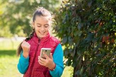 Fille à l'aide du smartphone Photo libre de droits