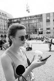 Fille à l'aide du smartphone à la rue de ville images libres de droits