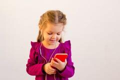 Fille à l'aide du téléphone Images libres de droits