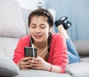 Fille à l'aide du téléphone image libre de droits