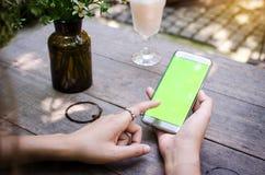 Fille à l'aide du téléphone intelligent en café, style de vintage Image libre de droits
