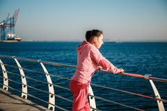 Fille à la mer sur le trottoir Image stock
