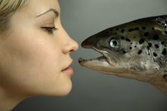 Fille à la mode avec de grands poissons Photo libre de droits