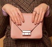 Fille à la mode avec la fin de sac à main  Accessoire élégant Images libres de droits