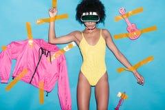 fille à la mode d'afro-américain dans la combinaison jaune, le bombardier rose et des jouets musicaux collés avec la bande écossa image stock