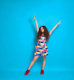 Fille à la mode dans la robe colorée Photo stock