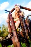 Fille à la mode dans une robe examinant la distance Photo libre de droits