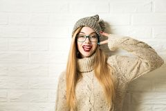 Fille à la mode de hippie dans des vêtements d'hiver devenant fous images libres de droits