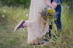 Fille à la mode de jeunes couples sains dans un type de robe de mariage dans une chemise de plaid se tenant avec un bouquet des f Photos libres de droits