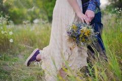 Fille à la mode de jeunes couples sains dans un type de robe de mariage dans une chemise de plaid se tenant avec un bouquet des f Images stock