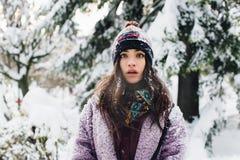 Fille à la mode de portrait et belle élégante par temps neigeux Photo stock