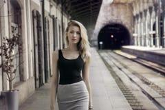 Fille à la mode posant sur le chemin de fer. Images libres de droits