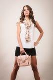Fille à la mode tenant le sac à main de sac Image stock