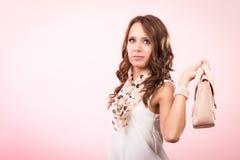 Fille à la mode tenant le sac à main de sac Images libres de droits