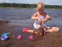 Fille à la plage Photographie stock