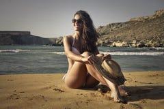 Fille à la plage image stock
