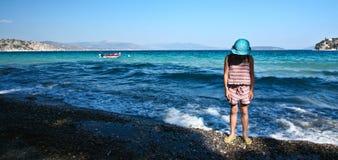 Fille à la plage dans Peloponese Photo libre de droits