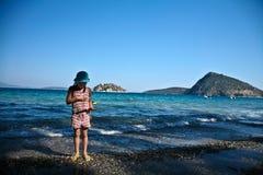 Fille à la plage dans Peloponese Photographie stock